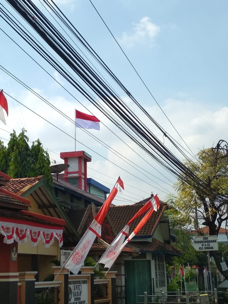 Pengibaran Bendera Merah Putih di Puncak Lift SMK BHINA TUNAS BHAKTI JUWANA